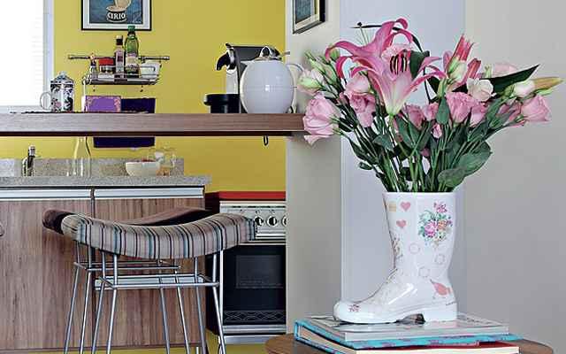 A mesinha da sala ganhou um visual delicado com o buquê de flores em tom de rosa. A cor das pétalas combina com a estampa da galocha, que faz o papel de vaso. O projeto é das arquitetas Débora Racy e Nicole Sztokfisz - Evelyn Müller / Casa e Jardim