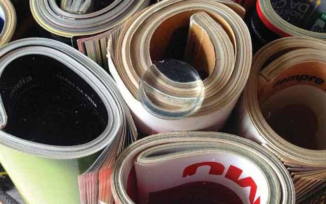 6- Cole os adesivos em cima das revistas. Pra não se confundir, use como referência os rodízios - Divulgação/Blog: www.homensdacasa.net
