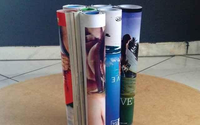 3- Arrume os tubos de revistas em cima do mdf; - Divulgação/Blog: www.homensdacasa.net