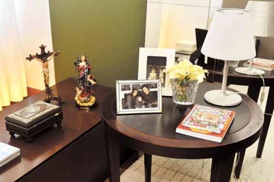 As imagens de santos que mantém no quarto foram presentes da amiga e designer de joias Carla Amorim -