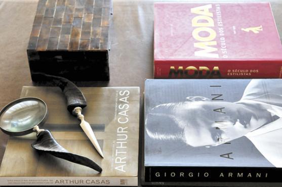 Revista de moda, decoração e livros estão distribuídos pelo apartamento -