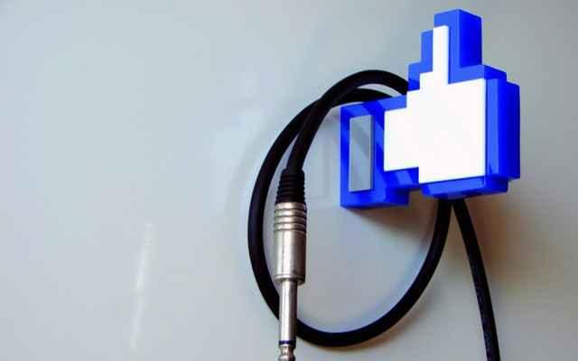 Em formato de curtida do Facebook, o cabideiro é inusitado, porém é probido deixar objetos pesados. O preço é de R$ 80 - Divulgação