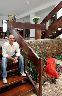 Antonio Henrique ao lado de uma das peças favoritas, do artista Siron Franco  - Marcelo Ferreira/CB/D.A Press