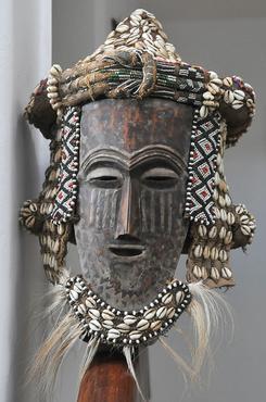 Máscara africana adorna a escada que leva ao andar superior -