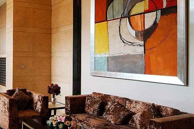 Os halls perderam a linha tradicional e sóbria, as obras de arte proporcionam uma recepção mais calorosa - Divulgação