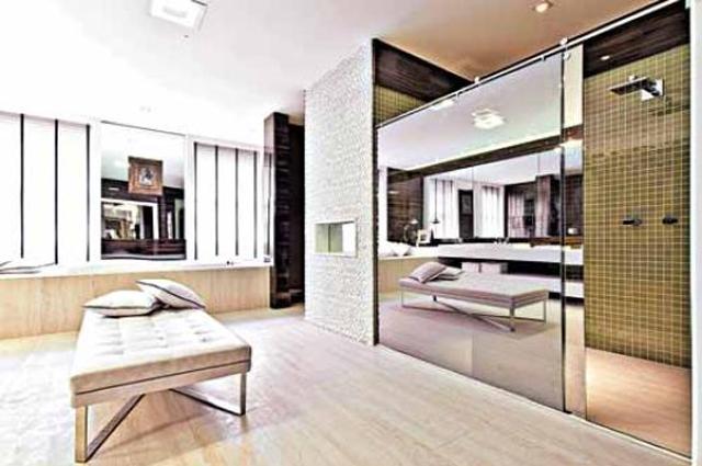 O banheiro desenhado pelo arquiteto Luiz Sentinger conta com box em vidro refletivo da marca Ideia Glass - Divulgação/Luiz Sentinger
