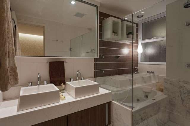 No caso do casal, o banheiro pode ter duas cubas, já os revestimentos devem ser práticos, podem ser neutros com alguns detalhes coloridos - Divulgação/Mão Dupla Comunicação