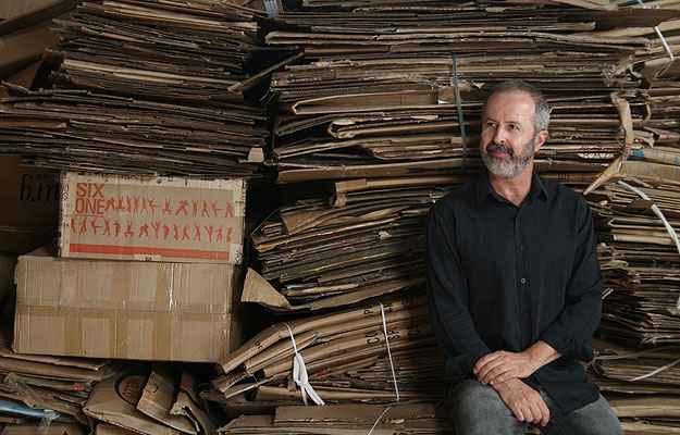 Domingos Tótora desenvolveu tecnologia própria para processar o papel, sua matéria-prima preferida - Divulgação/Domingos Tótora