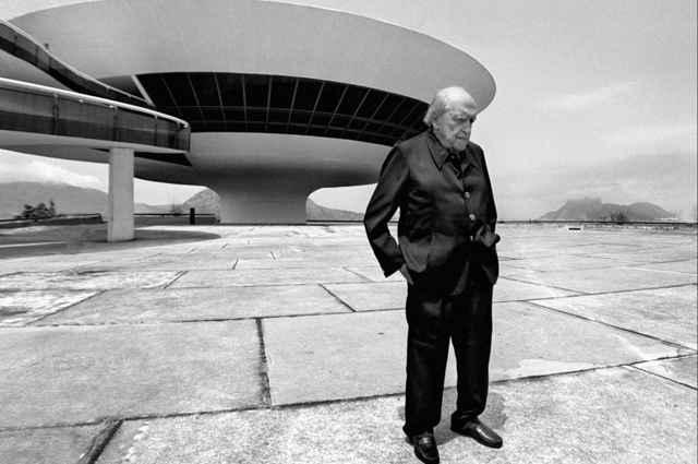 Registro histórico de Oscar Niemeyer em frente ao Museu de Arte Contemporânea de Niterói (Mac Niterói): um dos projetos que será digitalizado - Evandro Teixeira/Divulgação