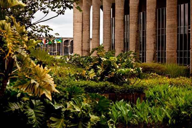 As imagens permitem sonhar e passear por jardins com vegetações, cores, culturas, temporalidades e dimensões diferentes - Divulgação/Michel Corbou