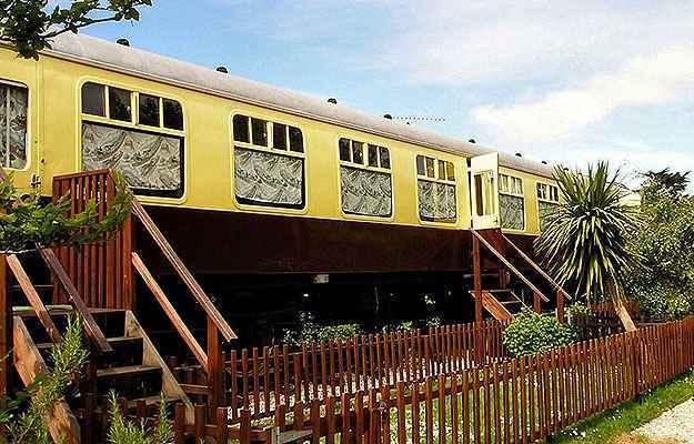 Turistas podem passar a noite em um vagão de trem vintage que foi cuidadosamente convertido em um quarto de hotel - Divulgação/Railholiday
