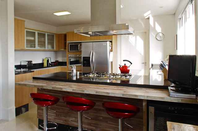 Móveis em acrílico oferecem a impressão de espaço ampliado, por isso são grandes aliados em uma sala pequena ou cozinha americana - Divulgação/Rocha Andrade Arquitetura