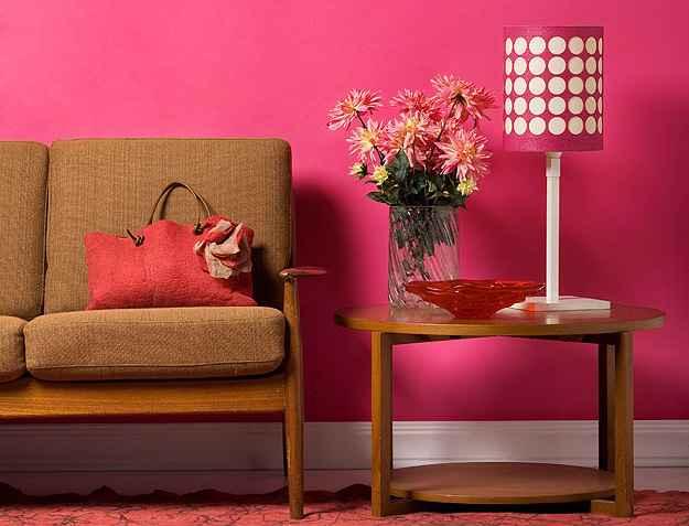 As paredes da sala ganham cobertura de tons fortes e alegres para manter o contraste com móveis claros - Divulgação/Futura Tintas
