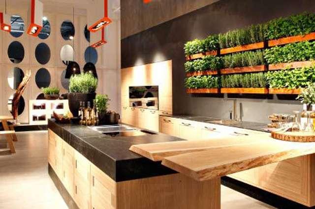 Na sacada do apartamento, na área de serviço ou até na parede da cozinha é possível ter uma pequena horta cultivada em vasilhas customizadas - Lola Home/Divulgação