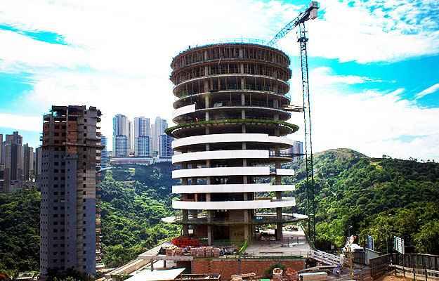 Painel para construir a fachada do prédio utiliza blocos de concreto pré-moldados, que são colocados com chapas metálicas chumbadas na estrutura - Teicom/Divulgação