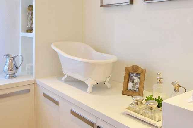 Com design clássico, a banheira fabricada em resina tem como objetivo facilitar a hora do banho com relaxamento e tranquilidade para o bebê - Divulgação/Doka