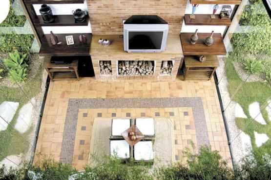 A parte externa da casa ganhou uma espécie de tapete de pedra. Projeto assinado pelas arquitetas Renata Melendez e Flávia Amorim -