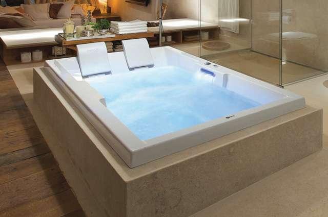 Salas de banho agregam luxo e requinte através de banheira de hidromassagem para duas pessoas, que proporciona benefícios corporais - Divulgação/Pretty Jet
