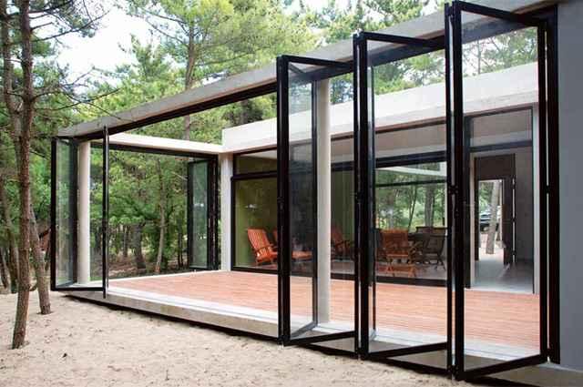 Os espaços livres são compostos por portas de correr e dobraduras que abrem e fecham conforme o período do dia - Divulgação/Unoencinco Arquitetos