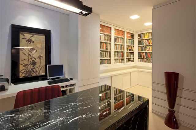 Uma alternativa para proteger os exemplares é fechar as estantes com portas de vidro, que mantém a visibilidade e os deixam conservados  - Divulgação/Estela Netto