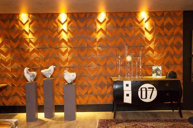 Os painéis em paredes são uma opção para os pretendem incorporar o aconchego da madeira nos espaços com sofisticação e rusticidade - Divulgação/Silvana Andrade