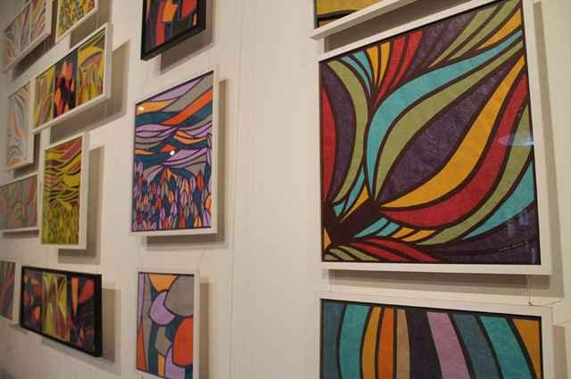 Artista cria telas, móveis e demais objetos decorativos usando como matéria-prima papel importado, a fim de promover a preservação ambiental - Divulgação/Enrique Rodríguez