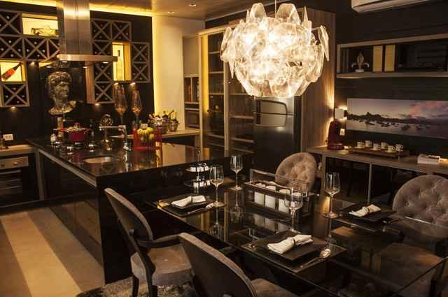 Integrar cozinha e sala de jantar é uma boa solução para ambientes reduzidos, a composição deve ser harmônica e prática, proporcionando conforto visual e facilidades - Divulgação/Marcos Molinari