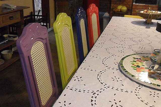 Cadeiras laqueadas em cores fortes compõem um visual divertido e descontraído - Divulgação/Deocleciano de Oliveira