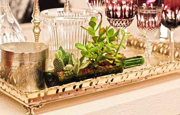 Garrafa de vinho é transformada em vaso diferenciado de suculentas - Yugi Sogawa/Dois A Arquitetura e Interiores