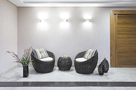 A designer de interiores Patrícia Tavares usou as gaiolas como luminárias de chão para obter um efeito mais aconchegante - Haruo Mikami/Divulgação