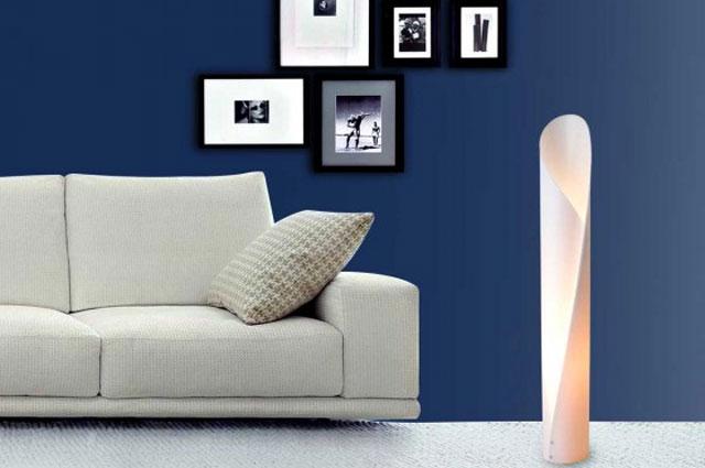 Luminária Form Pequena ganha destaque na decoração ao preencher o canto da sala com luz e design criativo e inovador - Derick Objetos/Divulgação