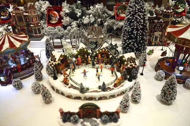 A montagem das Vilas de Natal para decoração de ambientes é um processo de criativo, capaz de integrar a família e reforçar o espírito natalino - Divulgação/Cecília Dale