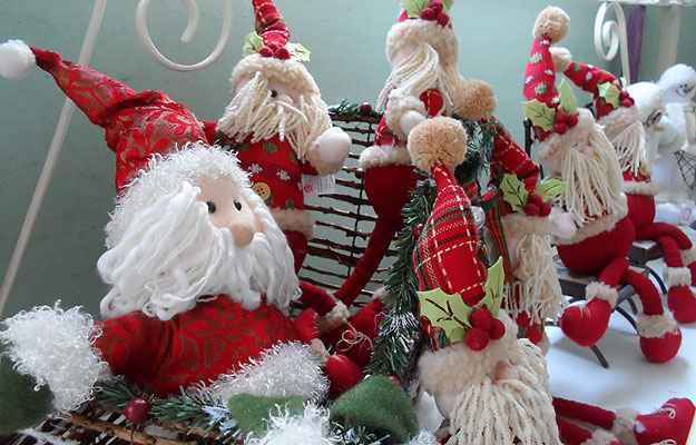 Bonecos do Papai Noel invadem a decoração de todos os ambientes da casa, sempre encontrado em vários tamanhos e formatos - Carlos Altman/EM/D.A Press