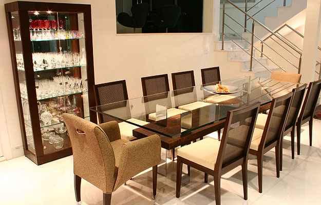 Peça tradicional em composição de madeira e vidro tornam os ambientes clássicos - Alessandra Morávia/Divulgação