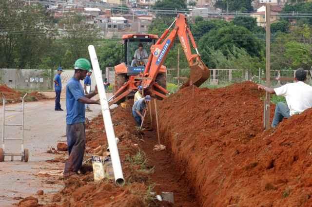Redes subterrâneas de infraestrutura de serviços urbanos como: água, esgoto, energia elétrica e telefonia devem ser feitas antes da pavimentação das ruas - Marcelo Ferreira/CB/D.A Press