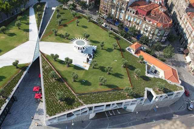 De acordo com um dos arquitetos do projeto, o intuito era fazer da cobertura do pequeno centro comercial, uma extensão do Jardim de Cordoaria - Divulgação/Balonas e Menano
