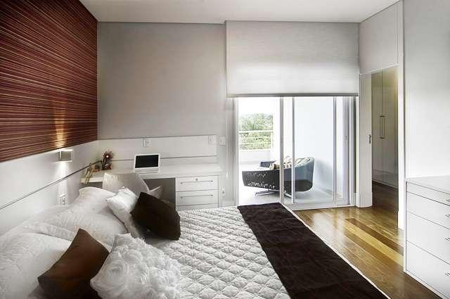 Rodapés para compor a cabeceira da cama são uma alternativa prática e tornam o ambiente exclusivo - Divulgação/Ateliê Revestimentos