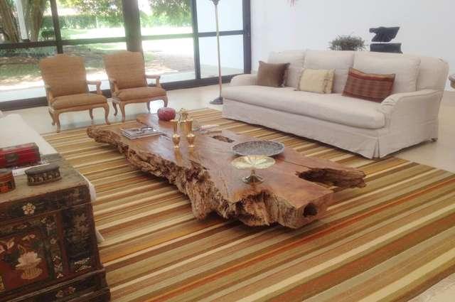 A partir da madeira bruta, descartada pela própria natureza, a designer cria objetos e peças de mobiliário que se valorizam pela exclusividade - Mônica Cintra/Divulgação