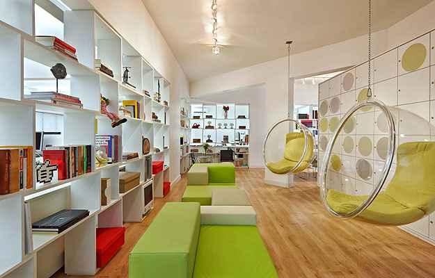 Empresas estão investindo numa nova decoração, mais ousada, colorida, com peças de design, sem desmerecer em nada o negócio - Divulgação/Jomar Bragança