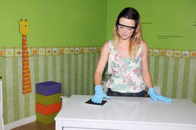 A blogueira Thalita Carvalho, a pedido de uma fabricante de tinta, fez o teste da transformação de um móvel infantil - Coral Tintas/Divulgação