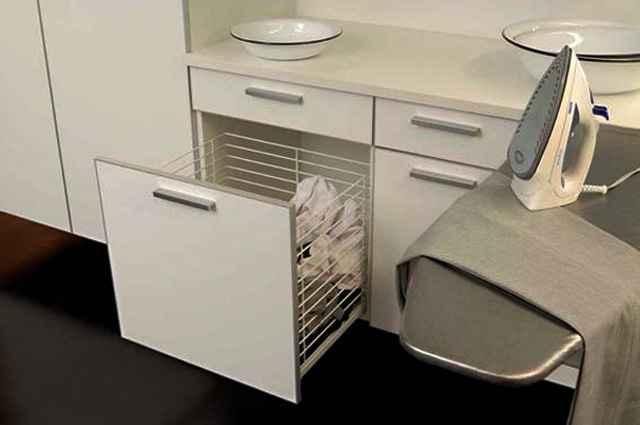 Mesas para passar roupa, armários fabricados com o objetivo de armazenar produtos e gavetões para roupas sujas são práticos e funcionais - Divulgação/Favo