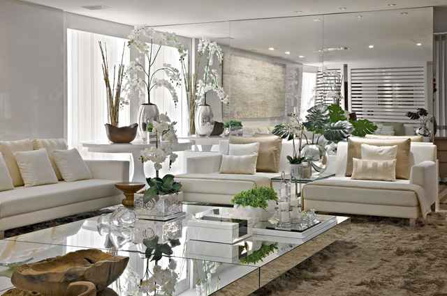 Uma opção para intensificar a claridade são os espelhos, que quando posicionados estrategicamente, funcionam como aliados para ampliar e refletir a luz - Líder Interiores/Divulgação