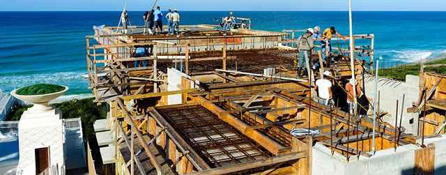 As casas de Alys Beach apresentam telhados sustentados por estruturas de concreto armado e paredes projetadas para suportar ventos - Disaster Safety/Divulgação