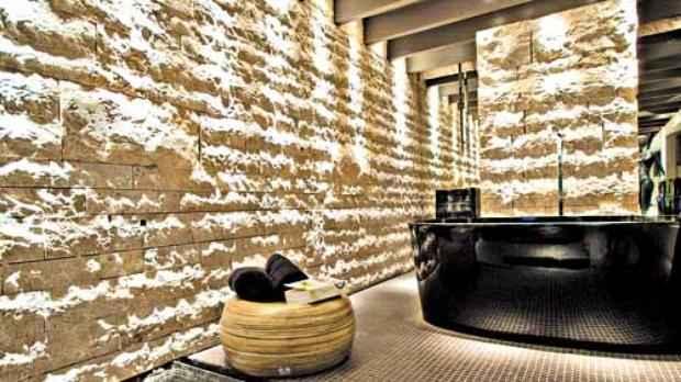 No projeto do arquiteto Ricardo Rossi, a recepção do spa ganhou pedras, que deixaram o ambiente rústico, sofisticado e aconchegante  - Divulgação Palimann