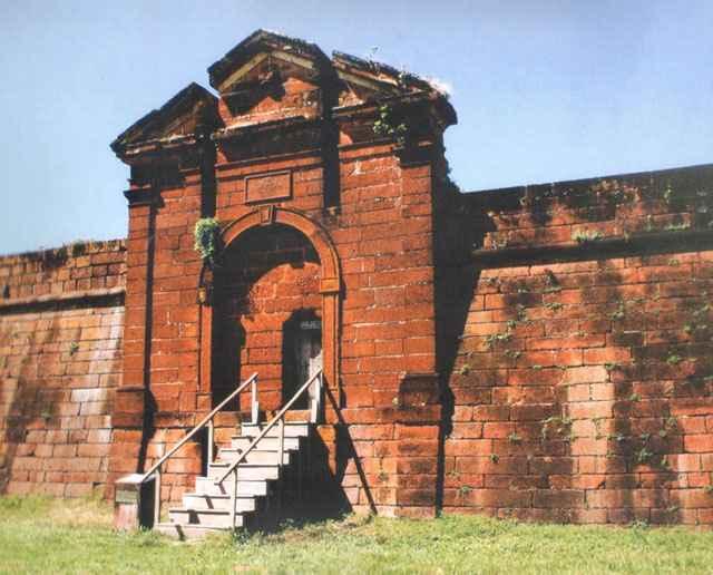 Portão principal do Real Forte do Príncipe da Beira (imagem atual sem a ponte, que foi substituída pela escada) - Iphan/Divulgação