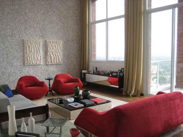 Na sala criada pela arquiteta Maristela Faccioli, a mesa de centro e o aparador espelhados dão amplitude ao ambiente - Maristela Faccioli/Divulgação