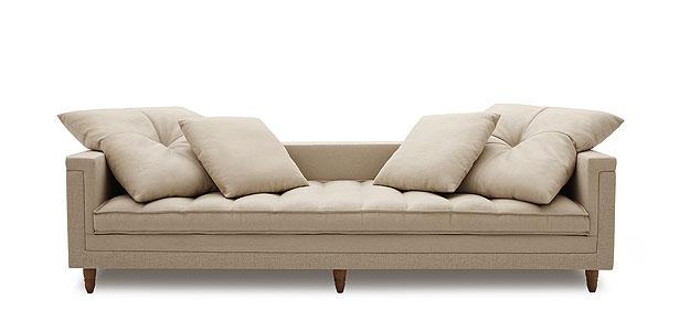 Sugestão de modelo da Carbono para inspirar quem deseja mudar o modelo que tem em casa: tecido de linho com pés de madeira  - Carbono/Divulgação