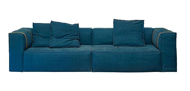 Sofá jeans com estrutura metálica. Confortável e elegante, é resistente para o dia a dia - Lider Interiores/Divulgação
