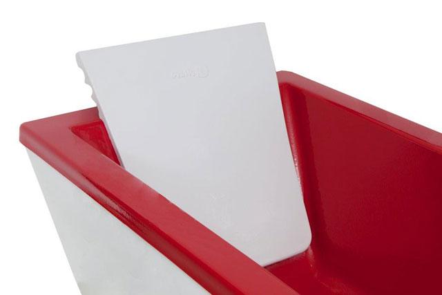 Detalhe do travesseiro da banheira bicolor, que torna possível a transformação de uma sala de banho em um espaço elegante e personalizado - Pretty Jet/Divulgação
