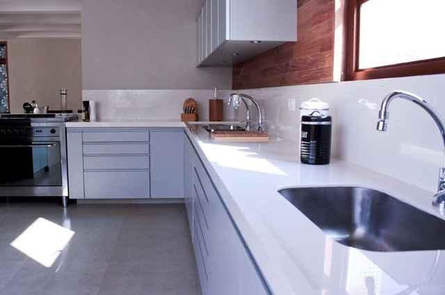 As possibilidades estéticas de bancadas feitas de porcelanato são bem variadas e podem acompanhar o estilo do ambiente - Divulgação/Cerâmica Portinari